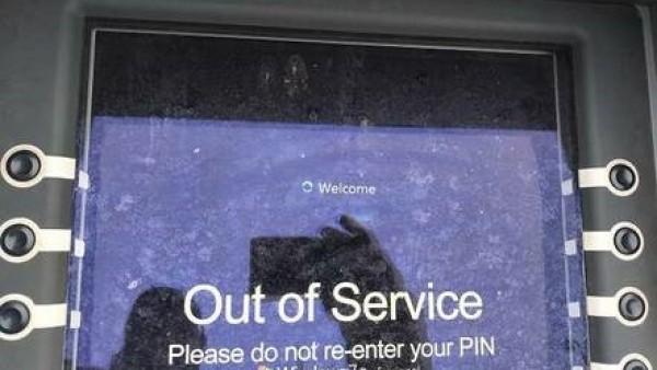 英国男子银行取款尴尬一幕:ATM机的Win7系统挂了